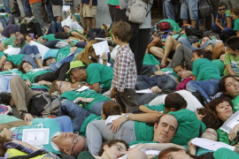 Escenifican la «muerte» de la educación pública en Madrid