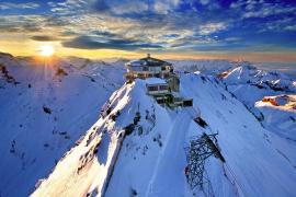 Un turista ebrio asciende a una estación de esquí tratando de volver a su hotel