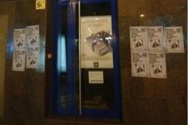 Endavant cuelga carteles en la sede de APTUR contra el alquiler turístico