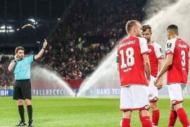 Polémica con el VAR en la Bundesliga: los jugadores vuelven del vestuario para lanzar un penalti