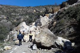 Buscan a los ocupantes de un coche atrapado por un desprendimiento de tierra en Lleida
