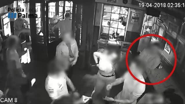 Las cámaras de seguridad captan cómo un ladrón roba un bolso en un local del Paseo Marítimo de Palma