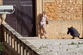 Polémico 'topless' a las puertas de la iglesia de s'Horta