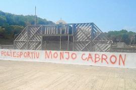 Aparece una pintada contra el alcalde Monjo en el polideportivo de Son Serra