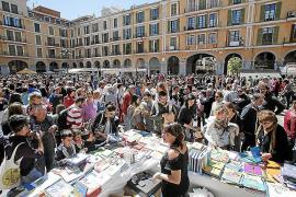 Libros y rosas, juntos en un Sant Jordi para toda la familia