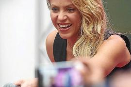 Por qué Shakira no bajó al campo a felicitar a Piqué