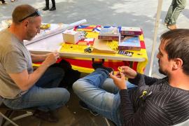 Esquerra Republicana reparte lazos amarillos por Sant Jordi en Palma