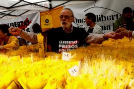 Largas colas y rosas amarillas durante las puertas abiertas en la Generalitat