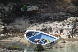 Aparece en Cala s'Almonia una barca sin motor que podría ser una patera