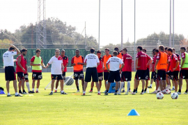 Caparrós dirige una intensa primera sesión de entrenamiento