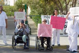 Protesta de los trabajadores y usuarios de Cas Serres frente al centro
