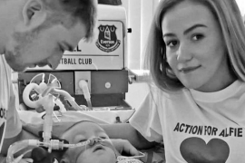 El bebé Alfie Evans respira por sus propios medios desde que fue desenchufado