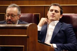 Rivera afirma que no apoyará al PSOE tras la salida de Cifuentes