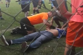 Un árbitro salva la vida a un entrenador que cayó al suelo entre protestas por un gol anulado