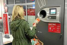 Las botellas de agua y las de cristal podrán devolverse en máquinas a cambio de dinero