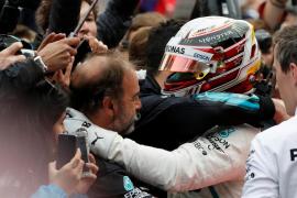 Hamilton gana el GP de Azerbaiyán y Sainz y Alonso puntúan