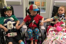 Emotivo reencuentro entre dos hermanos que sufrieron un accidente en el que murieron sus padres
