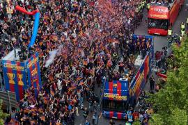El FC Barcelona se da un baño de masas celebrando el doblete por las calles de la ciudad