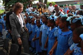 La Reina pone fin a su viaje a Haití, aún devastado por el terremoto y el cólera