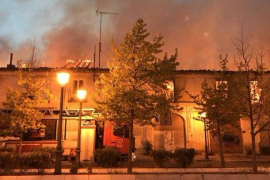 Los bomberos trabajan para extinguir un incendio declarado en el Palacio de Osuna de Aranjuez