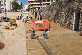 El Ayuntamiento de Palma instala una pasarela de madera en la playa de Cala Major para mejorar su accesibilidad