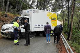 Un camión queda atravesado en la vía de s'Arracó a Sant Elm