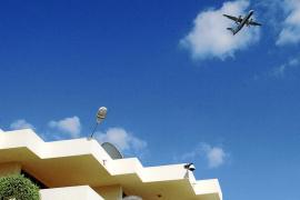 Los vecinos del Coll d'en Rabassa preparan protestas contra el constante ruido de los aviones