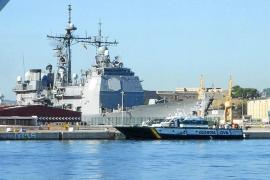 El crucero lanzamisiles 'Monterey', de la VI Flota, descansa en Palma