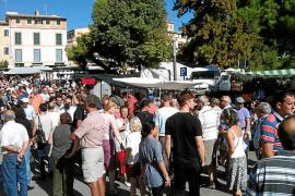 El buen tiempo y la coincidencia con el día festivo llenan de gente el Mercat