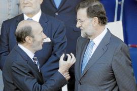 Rubalcaba y Rajoy aprovechan el desfile para hablar de fútbol
