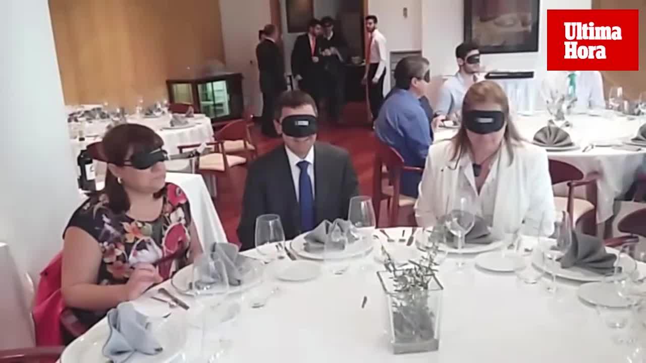 La ONCE organiza una comida donde no ven los platos