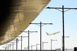 AENA retrasa la privatización de El Prat y Barajas por problemas finacieros