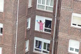 Arriesgando la vida por tener limpias las persianas