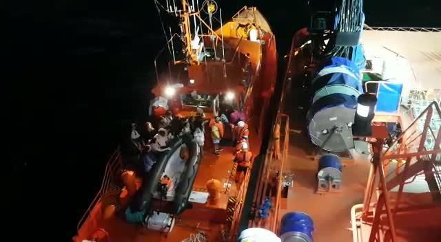 Rescatan a 70 pasajeros de un catamarán turístico frente a la Catedral de Palma