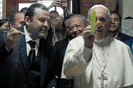 El Papa Francisco coge los pinceles de Domingo Zapata