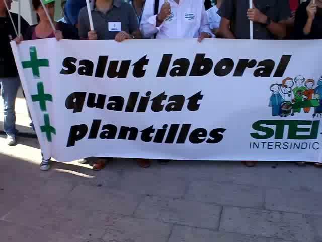 Unos 150 trabajadores del hospital se manifiestan contra los recortes sanitarios