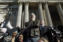 El fundador de Wikileaks se suma a las protestas de los «indignados» en Londres