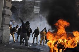 La policía carga contra grupos de encapuchados en la manifestación de Roma