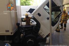 Los Bomberos de Palma apagan un fuego declarado en la cabina de un camión