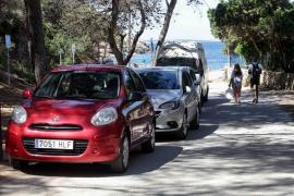 Vehículos mal estacionados en los primeros días de control en el acceso a Cala Salada (Fotos: Daniel Espinosa).