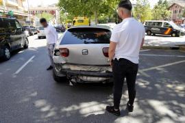 Un conductor se da a la fuga y acaba empotrado contra un muro y detenido