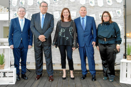 De izquierda a derecha, Juanjo Riera (FEHIF), Joan Molas (Conf. Española Hoteles), Francina Armengol (presidenta del Govern), Lu
