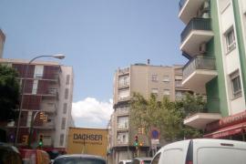 Captan cómo un joven orina desde la azotea de una finca en Palma
