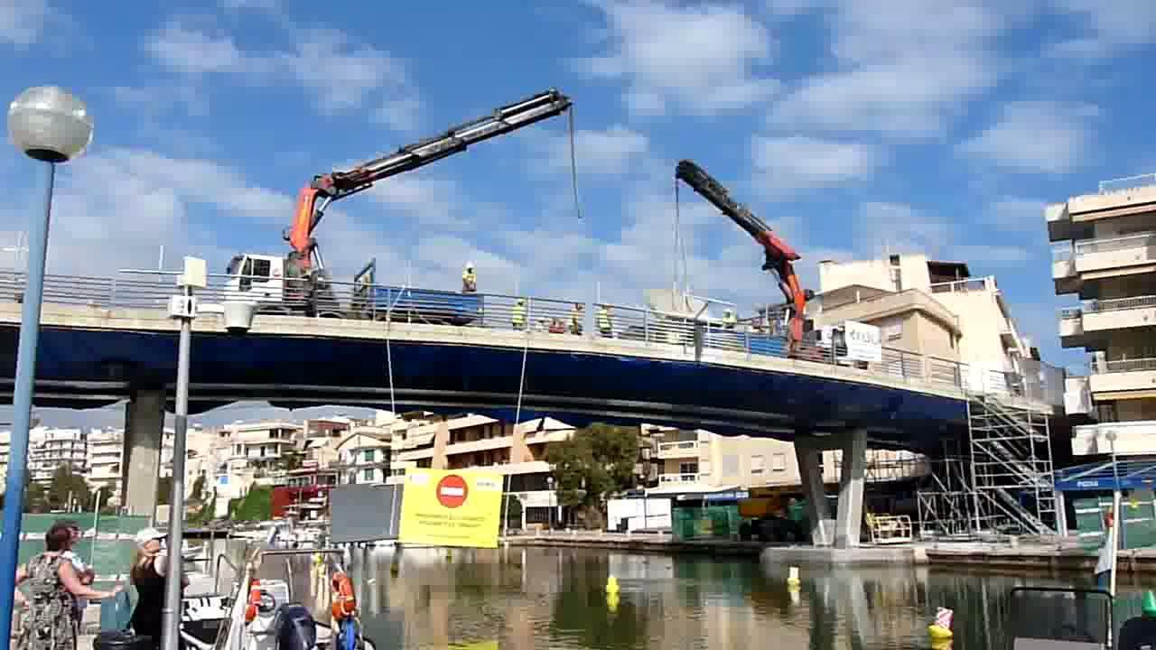 Una grúa retira la primera pieza del puente del Riuet