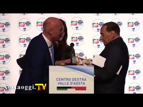 Así reacciona una chica al ser piropeada por Berlusconi frente a su padre