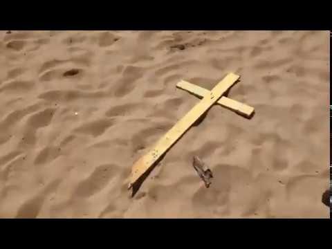 Tensión sobre la arena en una playa repleta de cruces amarillas independentistas