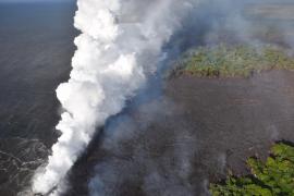 Una nube venenosa de ácido se eleva sobre Hawái tras la llegada de la lava del Kilauea al mar