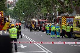 Los bomberos buscan a dos obreros entre los escombros de un edificio que se ha derrumbado en Madrid