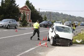 Tres heridos, uno grave, tras la colisión de un vehículo y un autobús escolar en Menorca