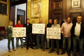 Delegados de CCOO se concentran ante el despacho de Isern  para rechazar los recortes